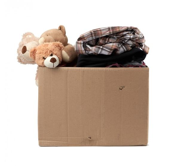 Grande caixa de papelão marrom cheia de coisas e brinquedos infantis
