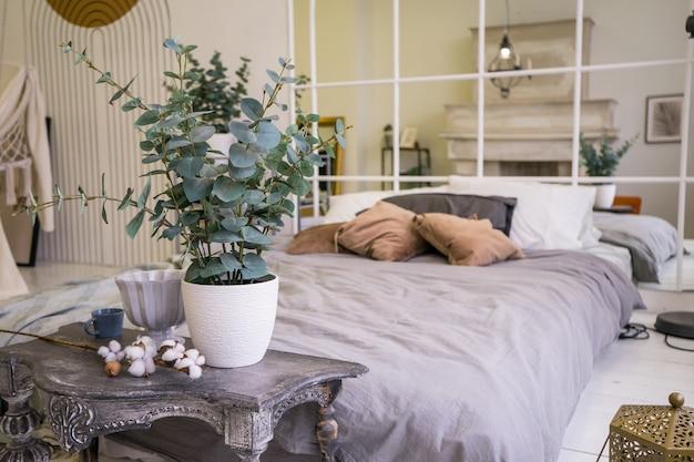 Grande cama confortável e local de trabalho com laptop em apartamento elegante. interior da sala. foto de alta qualidade