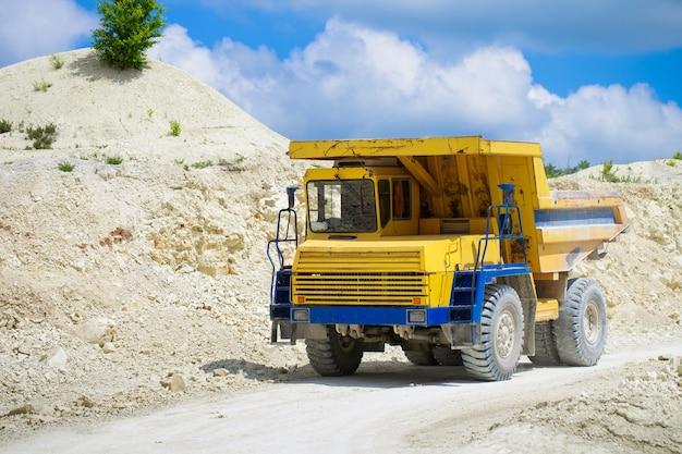 Grande caminhão basculante de pedreira carregado com rocha