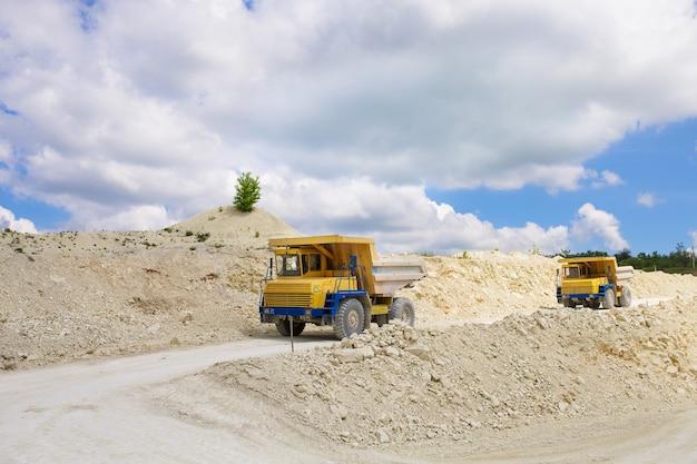 Grande caminhão basculante de pedreira carregado com rocha Foto Premium