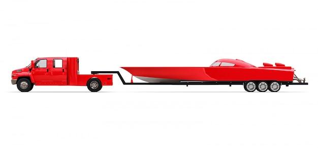 Grande caminhão vermelho com um reboque para transportar um barco de corrida em uma superfície branca