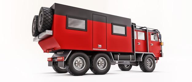 Grande caminhão vermelho preparado para expedições longas e desafiadoras em áreas remotas