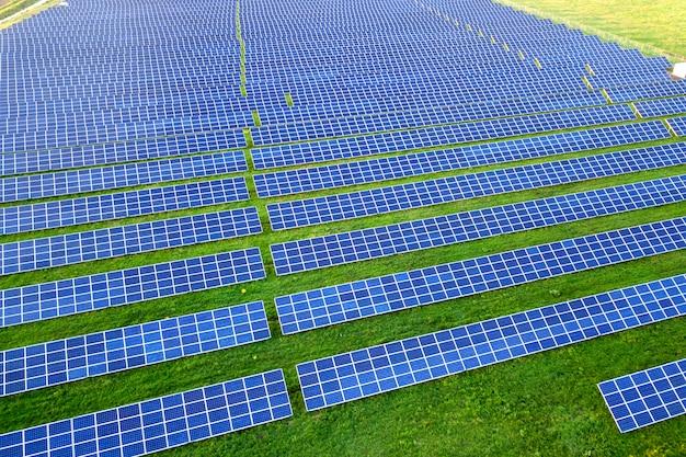 Grande campo de painéis solares