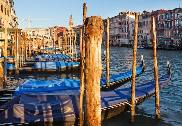 Grande canal com gôndolas, veneza, itália. todas as pessoas irreconhecíveis