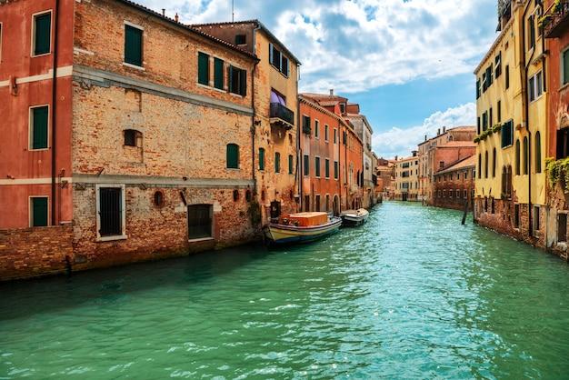 Grande canal e a basílica de santa maria della salute em um dia ensolarado. veneza, itália. dia ensolarado