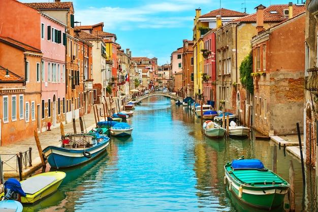 Grande canal e a basílica de santa maria della salute em um dia ensolarado. veneza, itália