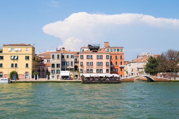 Grande canal e basílica de santa maria della salute, veneza, itália