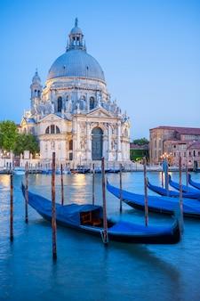 Grande canal e basílica santa maria della salute, veneza, itália
