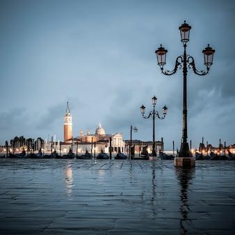 Grande canal em um dia nublado, veneza, itália.