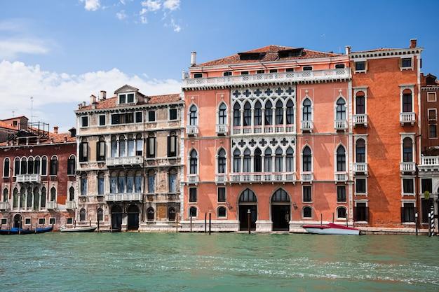 Grande canal típico de veneza. ruas de veneza. primavera. itália. venezia