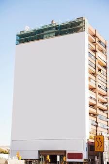 Grande cartaz em construção