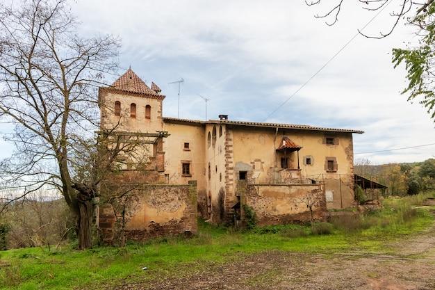 Grande casa velha assombrada e abandonada no campo