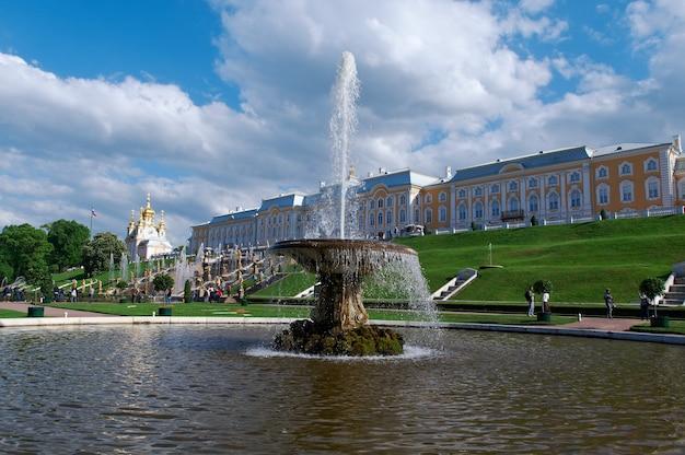 Grande cascata. palácio peterhof. são petersburgo, rússia - 3 de junho de 2015