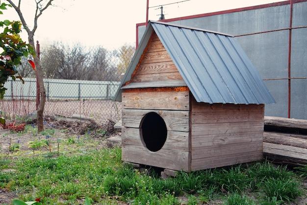 Grande casinha de cachorro de madeira
