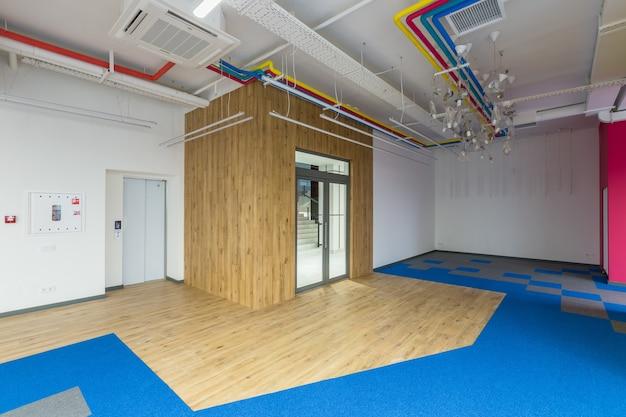 Grande centro de escritórios em estilo moderno com paredes coloridas, espaço aberto sem mobília
