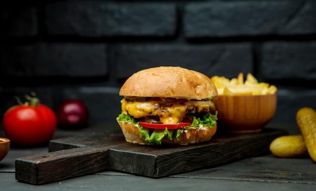 Grande cheeseburger e batatas fritas