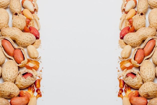 Grande close up de amendoim descascado de feijão na casca