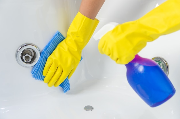 Grande conceito de limpeza doméstica, mão com luva de banho de limpeza.