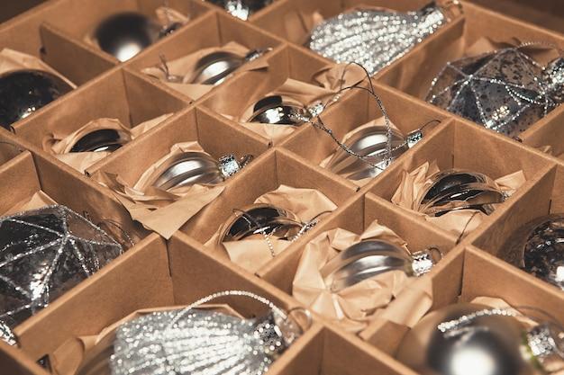 Grande conjunto de enfeites de vidro de prata de luxo. imagem com estilo retrô de decoração de natal vintage em uma caixa.