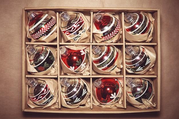 Grande conjunto de enfeites de vidro de winterberry de luxo. decoração de natal vintage em uma caixa