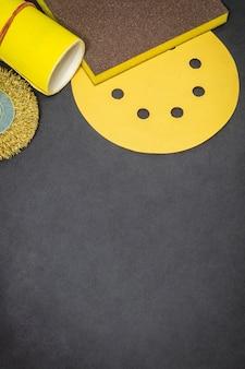 Grande conjunto de ferramentas abrasivas e lixa amarela
