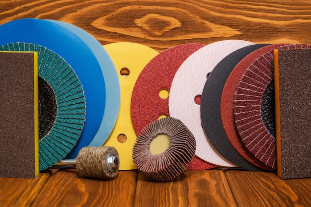 Grande conjunto de ferramentas abrasivas e lixa em placas de madeira vintage