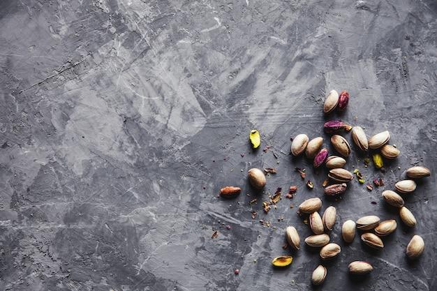 Grande conjunto de pistaches salgados na mesa. pistache