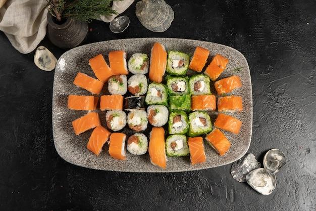 Grande conjunto de sushi de pãezinhos e nigiri com salmão e salada chuka