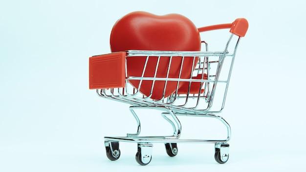 Grande coração vermelho em um carrinho de compras.
