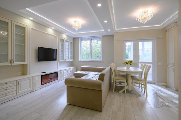 Grande cozinha moderna e luxuosa e sala de jantar em apartamento estúdio