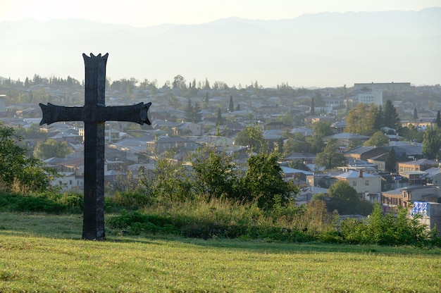 Grande cruz em uma cidade de colina kutaisi, na geórgia.