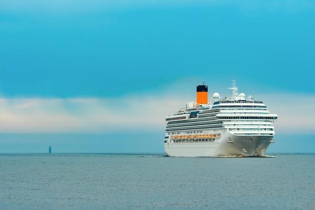 Grande cruzeiro real a caminho. serviços de viagens e spa