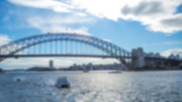 Grande de metal ponte desfocado