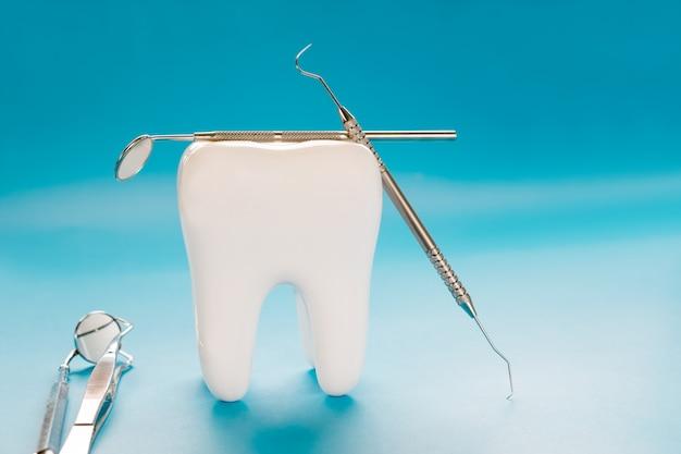 Grande, dente, e, dentista, ferramenta, ligado, azul