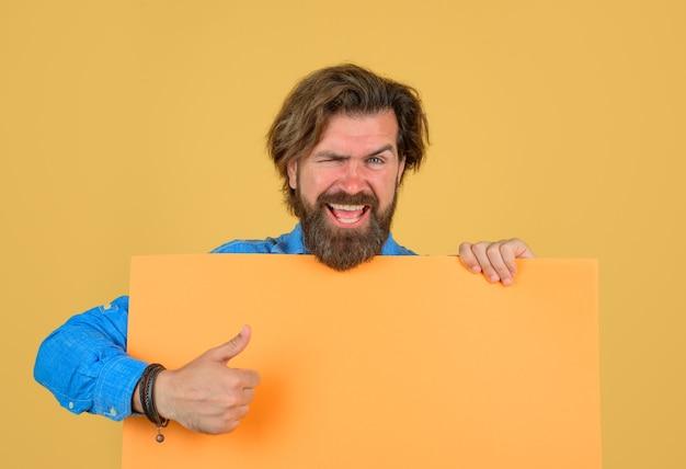 Grande desconto nas vendas da placa de publicidade homem sorridente com banner de publicidade vazio show de cara barbudo
