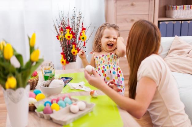 Grande diversão com a mãe na época da páscoa