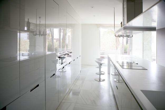 Grande e moderna cozinha branca contemporânea