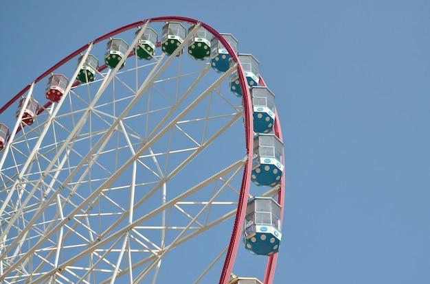 Grande e moderna roda-gigante multicor no fundo do céu azul limpo