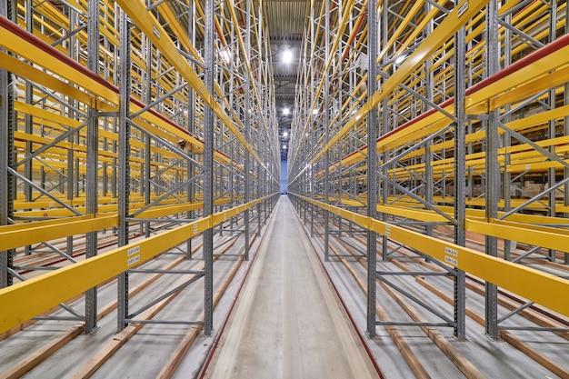 Grande e moderno armazém vazio, grande angular, ninguém