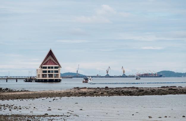 Grande edifício dos cais de passageiros para turistas à ilha perto do porto comercial na costa leste, tailândia.