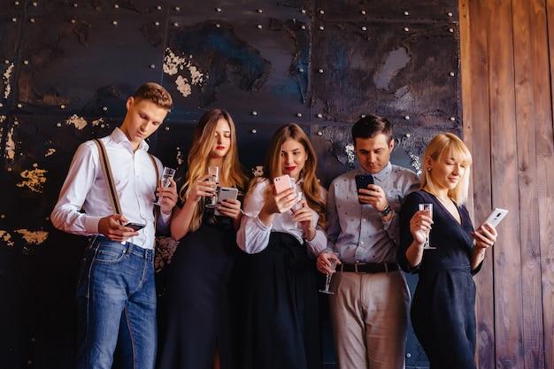 Grande empresa celebra um novo ano com taças de champanhe com mania de telefones