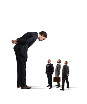 Grande empresário procurando pequenos empresários. chefe severo humilha seus funcionários