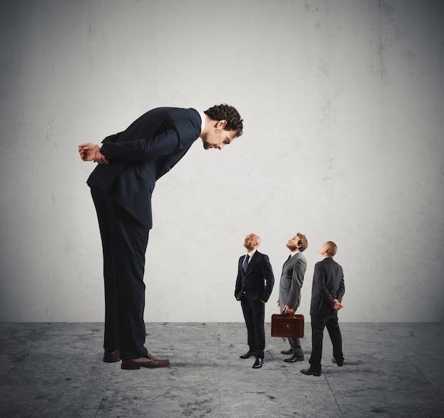 Grande empresário severo parece seu empregado