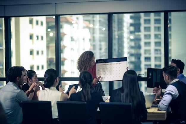 Grande equipe discutindo planos de negócios na reunião