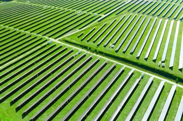 Grande estação solar moderna produzindo energia renovável