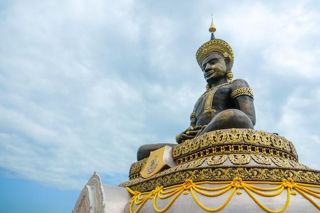 Grande estátua de bronze ao ar livre da buda maha thammaracha no templo de wat traiphum. phetchabun, tailândia.