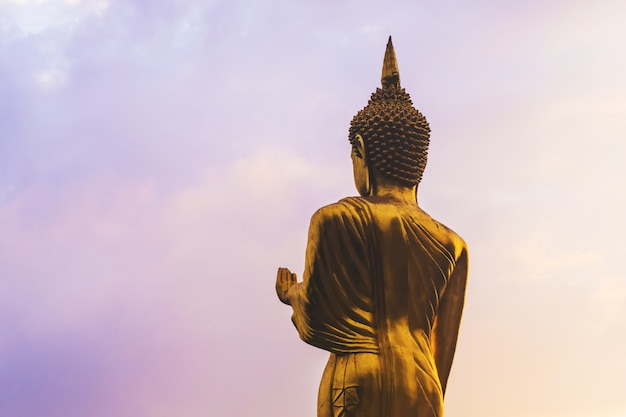 Grande estátua de buda de ouro