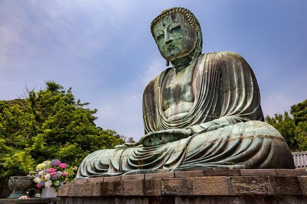 Grande estátua de buda do templo kotuku-in em kamakura, japão