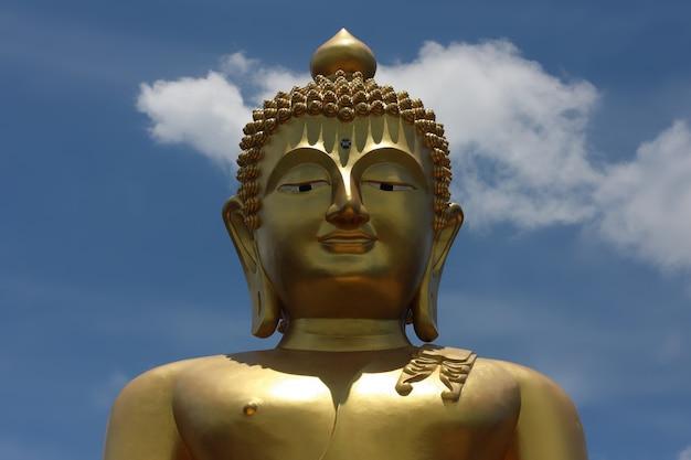 Grande estátua de buda dourado em uma ilha na religião turística da tailândia
