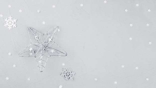 Grande estrela com floco de neve na mesa
